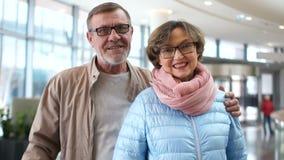 Glückliches Paar, reifer Mann und Frau am Flughafen, der auf den Anfang ihrer Reise wartet Nahes Porträt, Pensionäre an stock footage