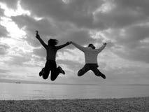 Glückliches Paar-Springen   Lizenzfreies Stockbild