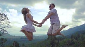 Glückliches Paar springen in Aufregung stock video