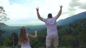 Glückliches Paar springen in Aufregung stock video footage