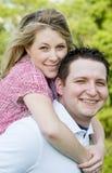 Glückliches Paar-Umarmen stockfoto