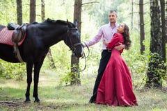 Glückliches Paar und Pferd Stockfoto