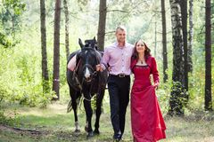 Glückliches Paar und Pferd Lizenzfreies Stockbild