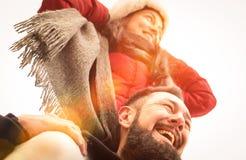 Glückliches Paar von den Reisenden in der Liebe Winterzeit draußen genießend stockfotos