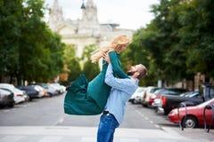 Glückliches Paar von Liebhabern auf Straße an der Stadt Budapest lizenzfreie stockfotografie