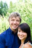 Glückliches Paar vor grünem Hintergrund Stockfotos