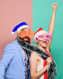glückliches Paar in Weihnachtsmann-Hut Frohe Weihnachten und guten Rutsch ins Neue Jahr Partei des neuen Jahres Weihnachtseinkauf stockfotografie