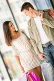 Glückliches Paareinkaufen Stockfotografie