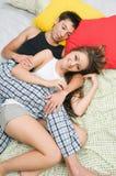 Glückliches Paarumarmen Stockfotos