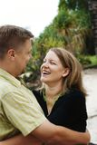 Glückliches Paarumarmen stockfoto