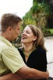Glückliches Paarumarmen lizenzfreies stockfoto