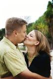 Glückliches Paarumarmen lizenzfreies stockbild