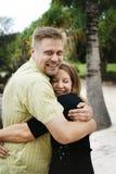 Glückliches Paarumarmen Stockbild