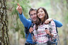 Glückliches Paarwandern Stockfoto