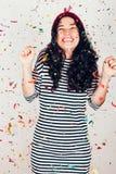 Glückliches Party-Girl mit Konfettis Stockfoto