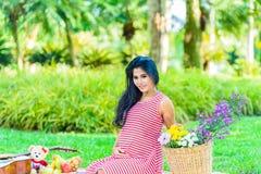 Glückliches Picknick der schwangeren Frau Stockbilder