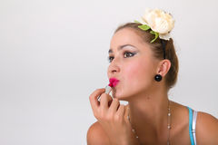 Glückliches Pin-up-Girl mit Lippenstift stockbilder