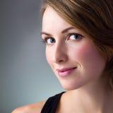 Glückliches Portrait der jungen Frau Stockbild