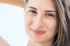 Glückliches Portrait des jungen Mädchens Lizenzfreie Stockbilder