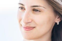 Glückliches Portrait des jungen Mädchens Stockfotos