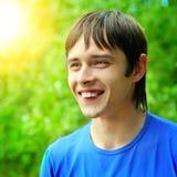 Glückliches Portrait des jungen Mannes Stockfotografie