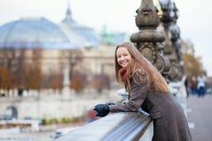 Glückliches positives Mädchen auf dem Pont Alexandre III Stockfoto