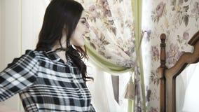 Glückliches positives Mädchen, das am Spiegel im luxuriösen Schlafzimmer aufwirft 4K stock video