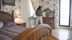 Glückliches positives Mädchen, das am Spiegel im luxuriösen Schlafzimmer aufwirft 4K stock footage