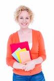 Glückliches recht blondes haltenes Notizbuch Lizenzfreies Stockbild
