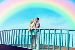 Glückliches recht junges liebevolles Paar steht auf der Brücke lizenzfreie stockfotos