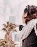 Glückliches Reisemädchen erreicht heraus zur Bürogebäude- und Palme Lizenzfreie Stockfotos