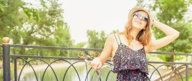 Glückliches Reisen des jungen Mädchens, gekleidet in einem eleganten Sommerkleid Stockfotos