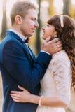 Glückliches romantisches eben verheiratetes Paar vor dem Kuss im Herbstkiefernwald Stockfotos