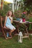 Glückliches romantisches Kindermädchen, das im Abendsommergarten träumt Stockfoto