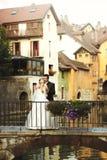 Glückliches romantisches verheiratetes Paar, das auf alter Brücke küsst und umarmt stockbilder