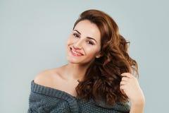 Glückliches Rothaarige-Frauen-Modell Smiling Lizenzfreies Stockbild