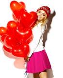 Glückliches süßes nettes lächelndes blondes Mädchen in der bunten Kleidung Stockfoto