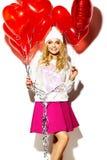 Glückliches süßes nettes lächelndes blondes Mädchen in der bunten Kleidung Lizenzfreies Stockbild