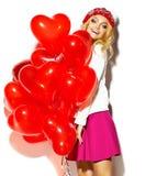 Glückliches süßes nettes lächelndes blondes Mädchen in der bunten Kleidung Lizenzfreies Stockfoto