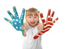 Glückliches süßes und nettes kleines Mädchen des blonden Haares, welches die Hände gemalt mit Flagge Vereinigter Staaten zeigt Lizenzfreies Stockfoto