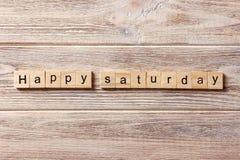 Glückliches Samstag-Wort geschrieben auf hölzernen Block Glücklicher Samstag-Text auf Tabelle, Konzept Lizenzfreie Stockfotografie