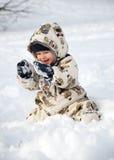 Glückliches Schätzchen im Schnee Stockfotos