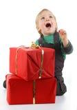 Glückliches Schätzchen mit Geschenk stockbild