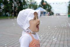 Glückliches Schätzchen mit Seifenluftblasen Stockfotografie