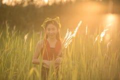 Glückliches schönes asiatisches Mädchen, das Natur genießt lizenzfreie stockfotografie