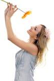 Glückliches schönes blondes Baumuster mit einer Blume Stockbilder