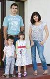 Glückliches schönes Familienlächeln lizenzfreie stockfotografie