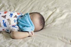 Glückliches schönes hispanisches Baby spielt Peekaboo Lizenzfreies Stockfoto