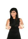 Glückliches schönes indisches Mädchen, das sich Daumen zeigt Stockfotos