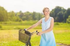 Glückliches schönes kaukasisches blondes, einen Spaziergang im Park-Bereich habend Stockfotos